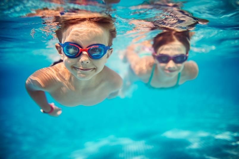 kids-swimming-underwater